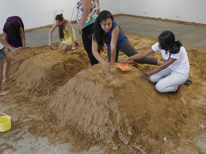 Preparación de la arena antes de excavarla.