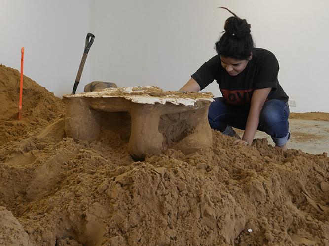 Remoción del molde arena y recuperación de figura de yeso.